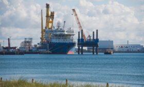 Способное достроить «Северный поток-2» судно направилось в Калининград