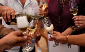 Ретейлеры попросили Собянина о продаже алкоголя в Сети на праздники