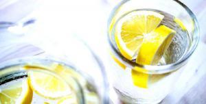 Медики рассказали о полезных свойствах воды с лимонным соком