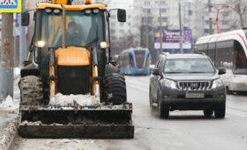 Находчивый коммунальщик потушил горящее авто сугробом снега