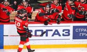 «Авангард» разгромил «Автомобилист» в стартовом матче плей-офф КХЛ