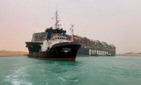 Bloomberg оценил влияние блокировки Суэцкого канала на цены на перевозки
