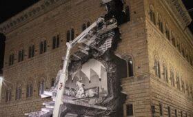 Художник «разломал» фасад старинного палаццо во Флоренции (ФОТО)