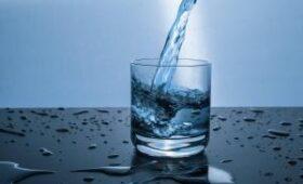 Врачи объяснили, почему нельзя пить много воды