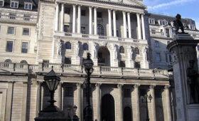 Экоактивисты облили краской здание Банка Англии — ПРАЙМ, 01.04.2021