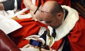 Дуров заявил о погружении в Средневековье при использовании iPhone