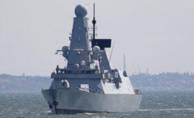 Минобороны назвало эсминец Британии «жирной целью» для российских ракет