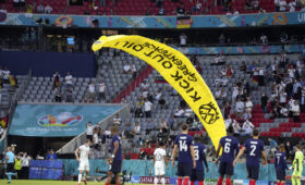 Напугавший зрителей матча Евро-2020 Франция – Германия парапланерист подставил экологов
