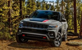 Jeep Compass-2022 с опозданием дебютировал на родине марки: богаче, но с прежним мотором