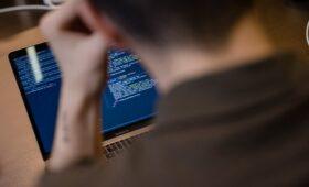 Спецслужбы США и Британии обвинили ГРУ в сотнях кибератак