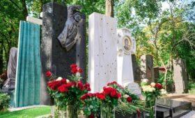 Памятник режиссеру Георгию Данелии установили на Новодевичьем кладбище