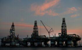 Bloomberg узнал об увеличении импорта нефти из России в США из-за урагана»/>