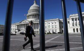 Сенат отсрочил шатдаун в США»/>